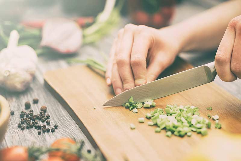 Mit scharfem Messer Gemüse schneiden