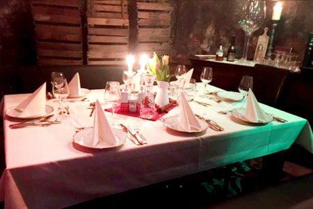 Tisch im Weinkeller ist gedeckt