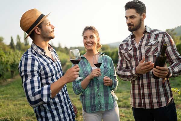 Mit Freunden ein Glas Wein in den Bergen trinken