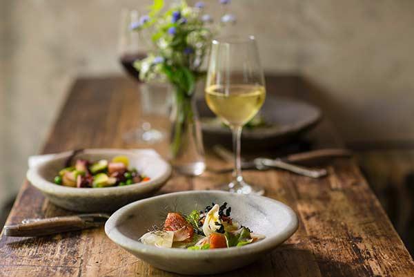 Lecker Essen und Wein auf dem Tisch