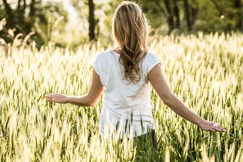 Frau geniesst die Natur